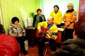 Добровольные священники поздравили благовещенских инвалидов с Днём Матери