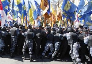 Милиция оттеснила противников Януковича от здания Львовской политехники