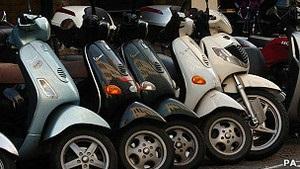 Водителям скутеров в РФ хотят запретить ездить без прав