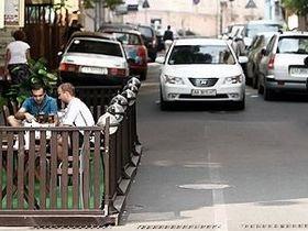 В Киеве террасу кафе разместили на проезжей части