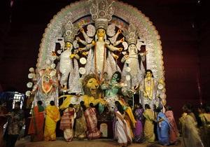 В давке возле индийского храма погибли десять человек