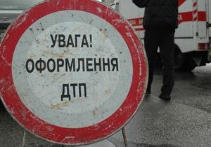 В Киеве водитель KIA снес остановку