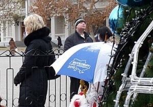 Севастопольца задержали за то, что он забрал из-под елки зонт с надписью Янукович - наш президент