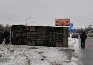 В Симферополе из-за гололеда перевернулась маршрутка: 16 пострадавших