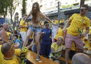 Активистки Femen оголились в шведской фан-зоне на Крещатике