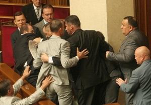 БЮТ заблокировал трибуну Рады