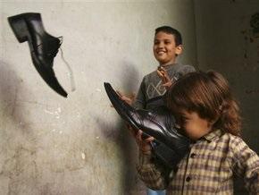В премьер-министра Индии бросили кроссовок
