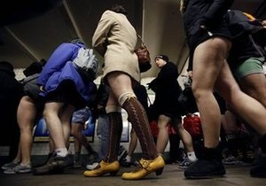 В нью-йоркском метро сотни пассажиров путешествовали без штанов