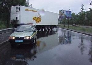 В Киеве фура снесла сто метров отбойника