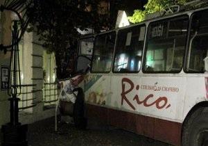 В центре Житомира троллейбус въехал в банк: пострадали восемь человек