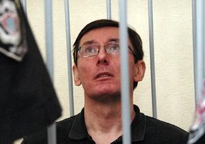 Суд возобновил рассмотрение дела Луценко
