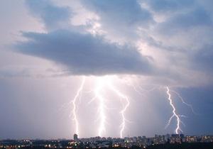 От удара молнии в Харьковской области погиб мужчина, а в Житомирской - ребенок попал в реанимацию