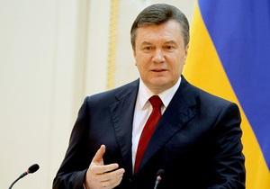 Янукович помолился в Лавре, возложил цветы к памятнику Шевченко и прибыл на Владимирскую горку