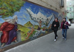 На стене дома в центре Киева появилось граффити на библейскую тему
