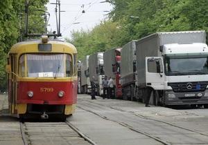 Украинские дороги - На вес золота. Власти решили собирать плату с перегруженных автомобилей - Ъ