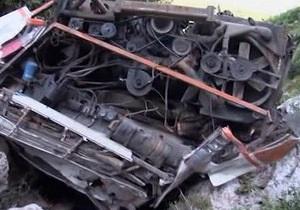 В США туристический автобус упал в обрыв. Есть жертвы