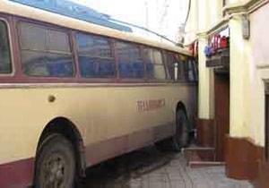 В центре Черновцов троллейбус врезался в столовую