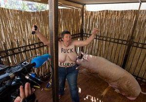 Полуобнаженная активистка FEMEN залезла в клетку к хряку Фунтику
