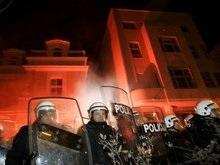 Сербская молодежь штурмует посольство США в Белграде