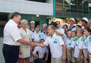В Артеке на стадион для встречи с Януковичем привезли около 1000 детей