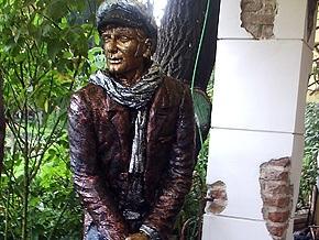 В Одессе установили памятник Бендеру