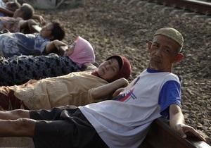 Фотогалерея: Железнодорожная терапия. Жители Индонезии верят в целебные свойства рельсов