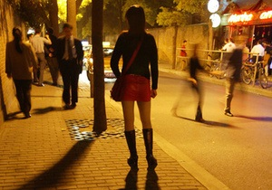 В Индонезии женщины провели демонстрацию в мини-юбках