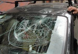 В Киеве в ходе ремонтных работ на крыше дома на Nissan упала металлическая решетка