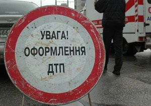 В Киеве Audi 100, слетев с дороги, разбила пять припаркованных авто