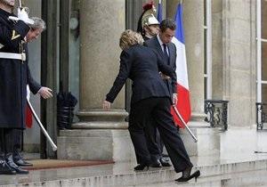 Клинтон во время встречи с Саркози потеряла туфлю