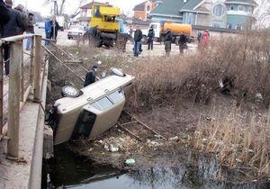 В Киеве ВАЗ упал с моста в реку
