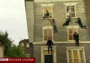 Как в Лондоне  ходят  по вертикальной стене - видео