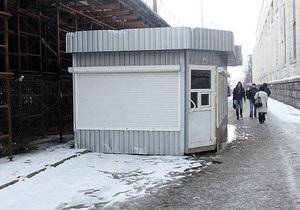 На месте секонд-хенда на Шулявке начали устанавливать новые павильоны. Мэрия грозится возобновить демонтаж