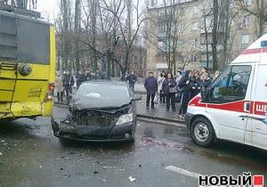 В Киеве водитель, чтобы не сбить пешеходов, врезался в троллейбус