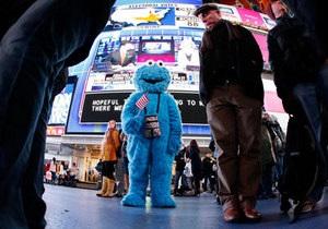 Новости США - странные новости: В Нью-Йорке полиция задержала мужчину в костюме Коржика из Улицы Сезам