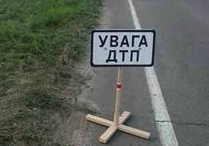 В Харькове легковой автомобиль врезался в припаркованный грузовик: двое погибших