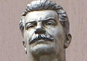 Обезглавливание памятника Сталину: суд отпустил тризубовцев на поруки депутатов