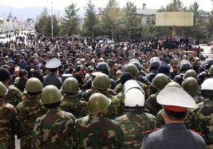 В Бишкеке оппозиционеры захватили и разгромили государственный телеканал