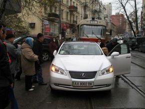 В центре Киева блондинка припарковала Lexus на трамвайных путях