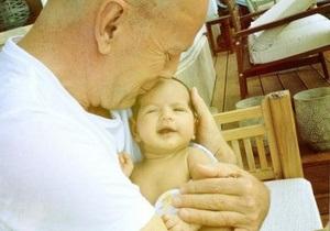 Брюс Уиллис впервые показал новорожденную дочь