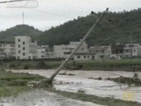 На юг Китая обрушился тропический шторм: есть жертвы