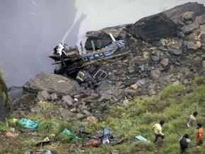 В Индии автобус рухнул в реку, в Иране - врезался в здание: десятки погибших