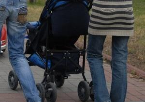 В Луганске сильным ветром унесло коляску с годовалым ребенком