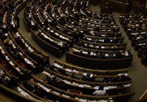 Депутаты оппозиции и большинства пришли в Раду в сине-желтых шарфах