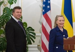 Клинтон увидела в дожде символ  сбалансированности  Януковича