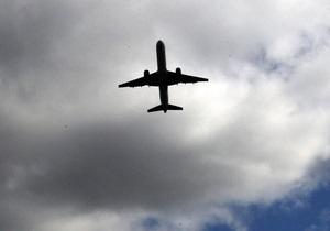 В Киеве над Академгородком на малой высоте пролетел самолет с дымящимся двигателем - очевидцы