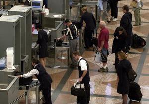Евросоюз продлил запрет на провоз жидкостей на борту самолета