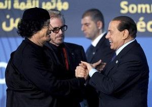 Берлускони поцеловал руку Каддафи