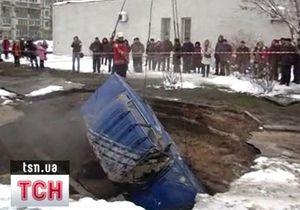 В Киеве в результате прорыва трубы под землю ушел автомобиль