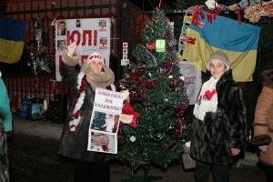 Тимошенко - Рождество - Под окнами больницы Тимошенко сторонники устроили вертеп